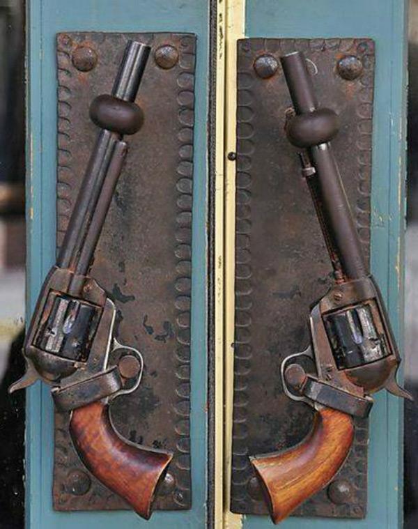 Дверные ручки в виде револьверов