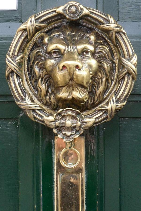 Дверная ручка голова льва