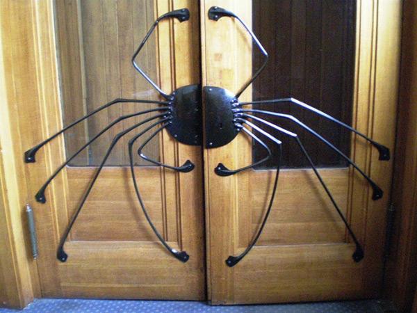 Дверная ручка в виде паука