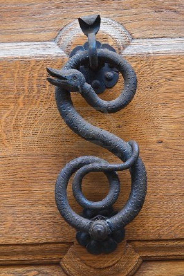 Дверная ручка в виде змеи