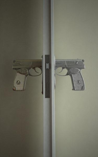 Необычные дверные ручки в виде пистолета